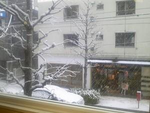 2013 1 16 1 300x227 初雪。お店から見る雪景色